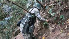 路遇塌方也不退缩 女兵抓背包绳扒树根继续巡逻