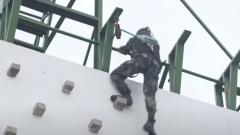 """膜拜!武警特战队员""""飞檐走壁"""" 徒手攀登高楼"""