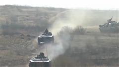 陆军跨区机动 展开实兵实弹战术演练