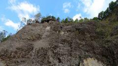 垂掛在40米崖壁 體能耗盡的他進退兩難