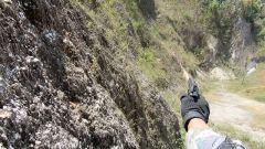 服了!人體極限的考驗來了 徒手攀爬垂直崖壁射擊