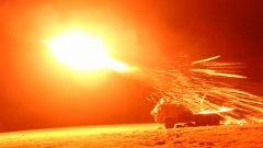 """【第一军视】超震撼!雪域高原多型火炮黑夜中""""怒吼"""""""