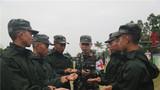 熱習服訓練中,武警戰士進行脈搏測量。