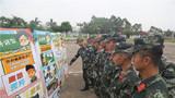 熱習服宣傳圖供武警官兵參觀學習。