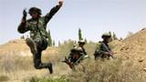 """5月23日,武警甘肃省总队执勤支队组织官兵在巴丹吉林沙漠边缘的综合训练场上开展实战化训练,锤炼官兵在实战环境中打赢制胜的能力。该支队对照军事训练""""八落实""""和""""六种组训模式""""要求,组织开展步手枪应用射击、极限体能、楼房攀登、单兵战斗综合演练、班组战术等30余个科目训练,让官兵在实战条件下练指挥协调、练战役谋划、练战术运用,不断提升官兵实战化水平。"""