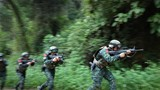 特戰隊員運用戰術隊形通過開闊地。