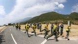 參賽官兵進行五公里武裝越野課目比拼