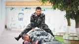 """為克服炎熱天氣帶來的影響,提高官兵訓練質效,5月27日,武警廣西總隊北海支隊通過在訓練間隙開展豐富多彩的互動游戲,使官兵的身心能夠在緊張的訓練中得到有效放松,增強了訓練的趣味性和官兵參訓的積極性,在訓練場營造出""""快樂練兵""""的氛圍,讓官兵以更加愉悅的心情和昂揚的斗志全身心投入到訓練中。"""