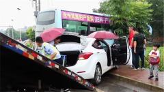 贵州湖南两地武警雨中救援车祸被困群众