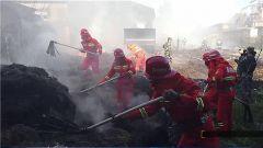 新疆伊犁:亚麻厂失火 官兵紧急扑救