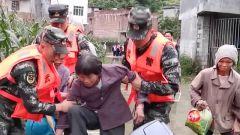 广西河池:洪水围困山村 武警官兵紧急转移107名群众