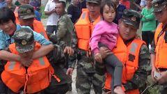 广西崇左:武警官兵水陆接力送高烧女童就医