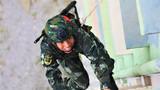 一名武警特战队员进行楼房攀登训练
