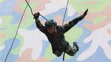 一名武警特战队员进行攀登飞身下训练