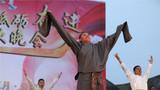 學員們上臺展現民族才藝  藏舞《情滿草原》。