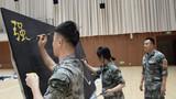 参赛人员正在制作板报标题。
