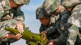 官兵们正在装填某型反坦克导弹弹药。