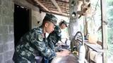 武警官兵正在帮忙做家务。