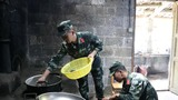 武警官兵正在煮粽子。