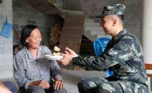 廣西南寧:一口香甜的粽子 暖了民心和兵心