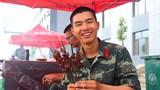 战士彭峰准备给战友分享自己烤出的羊肉串。