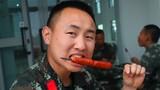 贵州籍战士吕旭正在品尝美味。
