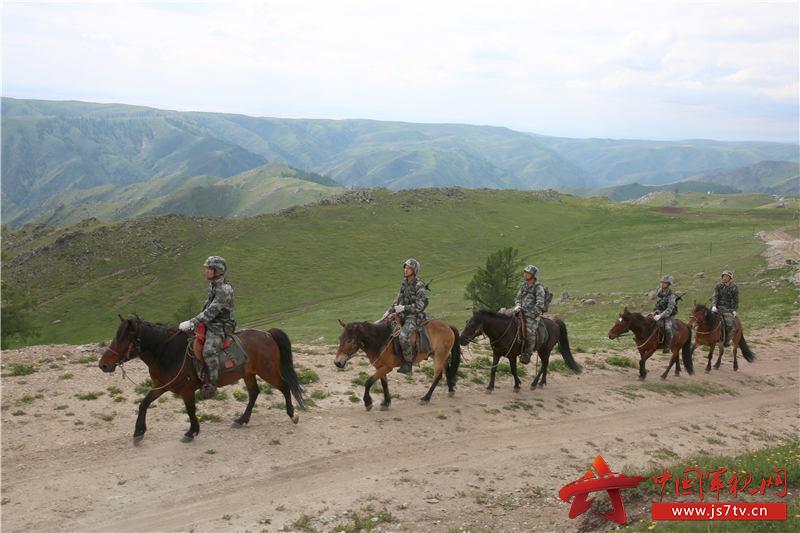 1巡逻官兵乘马行进。徐明远摄