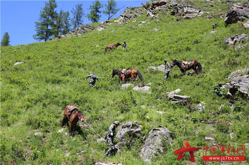 3巡逻官兵牵马下陡坡。徐明远摄