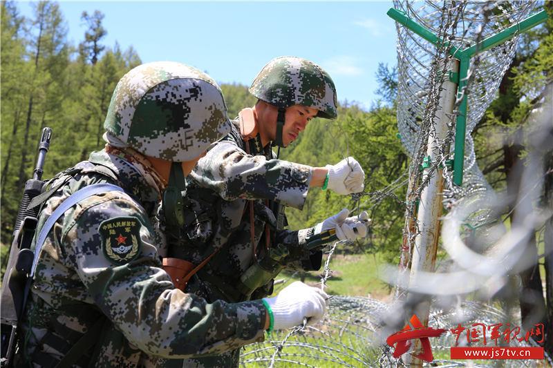 10官兵修缮边境铁丝网。徐明远摄