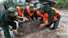 南方多地持续强降雨 驻地武警官兵紧急抗洪抢险