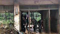 廣西桂林:武警官兵幫助群眾恢復生活秩序