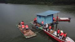 广西桂林:武警官兵抢修水库破损涵管