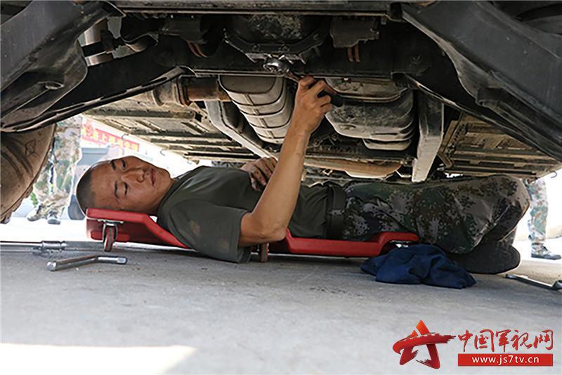 修理分队在检查车辆底盘