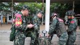 導調組對特戰隊員的背囊負重進行檢查。