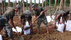 南方汛情严峻  部队官兵奋战在救援一线
