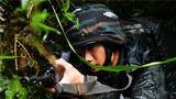 特戰隊員充分利用地形偵察訓練。