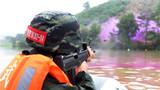 特戰隊員乘船對陸地不動目標射擊。