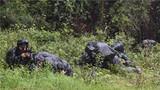 特戰隊員運用戰術交替掩護。