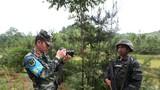 """訓練場上報道員扛著""""長槍短炮"""",用獨有的""""武器""""激發官兵訓練熱情。"""