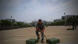 在负重组合练习中,参赛官兵进行姿势变换。