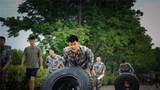 翻滚轮胎科目中,参赛官兵挑战自我极限。