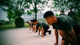 在100米比赛中,参赛官兵全神贯注等待起跑口令。
