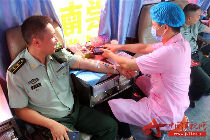 2019年6月14日,武警官兵正在献血。 (3)