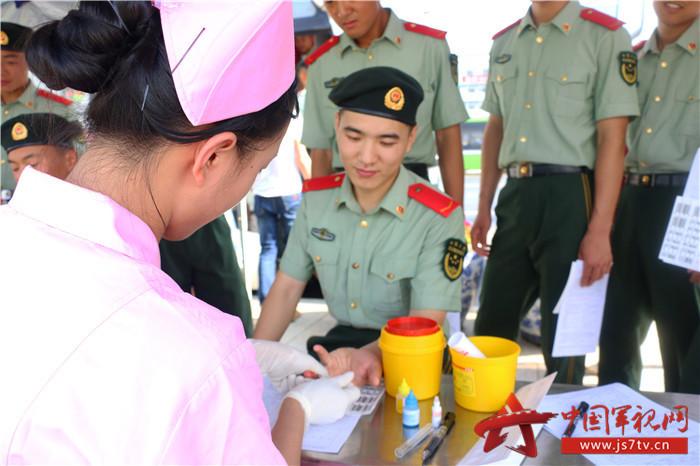 2019年6月14日,武警官兵正在采集血样。 (4)