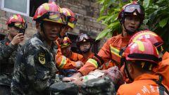 【四川长宁地震】楼房墙体垮塌3人被困 武警官兵紧急救援