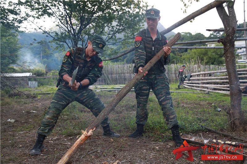 特戰隊員在劈柴