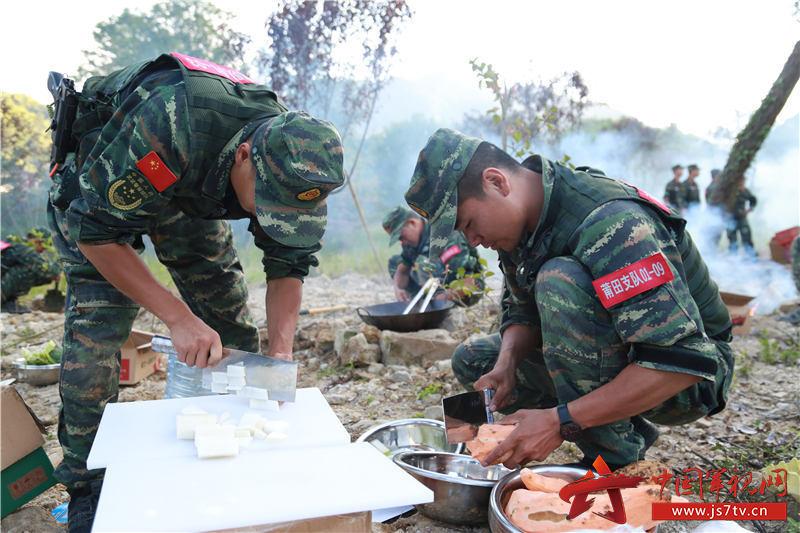 特戰隊員在切菜