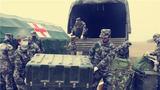 野戰醫療分隊官兵搬運醫療物資。
