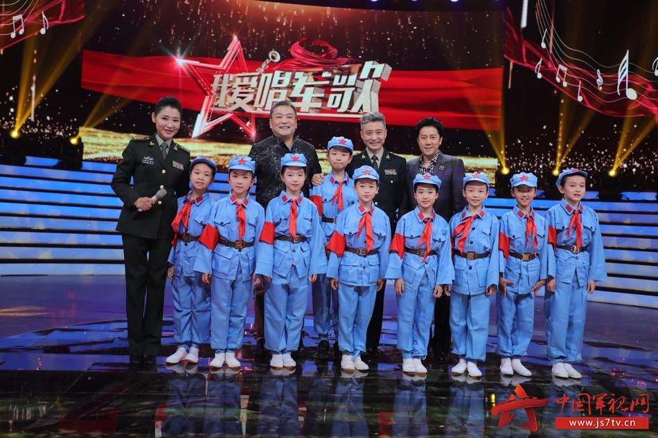 12 北京大學附屬小學的學生們在節目中演唱了軍歌《紅星歌