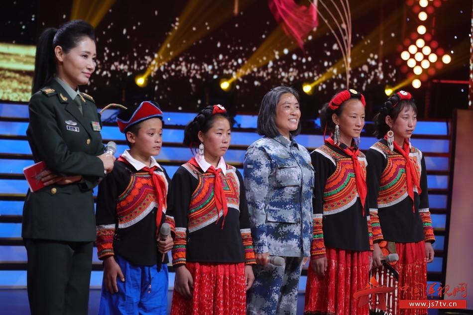 """16  圖為軍歌傳承者,""""最美退役軍人""""謝彬蓉和她大涼山的學生們分享最喜愛的軍歌《當兵的人》"""